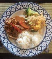 Schweinefleisch mit Curry, gebratene Eiernudeln mit Gemüse und weisser Reis auf dem Teller ergeben ein leckeres Menü. (Bild: Martin Knoepfel)