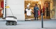 Der Lieferroboter bewegt sich im Schritttempo durch die Fussgängerzone. (Bild: Christian Merz/Keystone (Zürich, 29. August 2017))