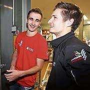 Die beiden Schreiner Fabio Holenstein und Sven Bürki beim Verladen des Materials für die Berufsweltmeisterschaften. (Bild: PD)