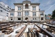 Bald bereit für den grossen Rutsch: Auf den stählernen Schienen wird die Villa Jacob nach vorne geschoben. (Bild: Urs Bucher)