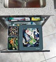 Abfallsysteme gibt es in unterschiedlicher Grösse und auch die Auszüge können separat gewählt werden. Auch in die Arbeitsplatte lassen sich integrierte Abfallsammler einbauen. (Bild: pd)