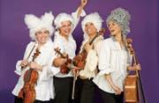 «Le donne virtuose» sind als Vater Mozart (Nicole Hitz), Wolfgang Amadeus Mozart (Fränzi Frick), Nannerl (Caterina Klemm) und Kutscher (Eva-Maria Burkhard) herrlich unkompliziert und mit ansteckender Begeisterung musikalisch auf der Kutsche unterwegs. (Bild: PD)