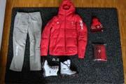 Hosen, Jacken, Socken, Schuhe, Mütze, Poloshirt, Pullover, Schal – Das Kleiderpaket lässt kaum Wünsche offen. (Bild: Jan Scherrer)