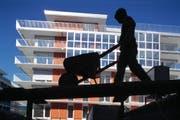 Die drei Männer waren auf der Baustelle mit Arbeiten beschäftigt. Aufgrund des Verdachtes auf illegale Arbeit wurden sie von der Polizei festgenommen. (Symbolbild) (Bild: GAETAN BALLY (KEYSTONE))