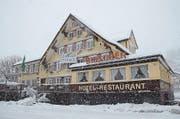 Skispringer Simon Ammann bekam bei der Versteigerung des Hotels Hirschen in Alt St. Johann für 545 000 Franken den Zuschlag. Die Steigerungssumme liegt unter der betreibungsamtlichen Schätzung. Diese beläuft sich auf 900 000 Franken. (Bild: Hanspeter Thurnherr)