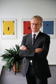 Fredi Widmer posiert im Oktober 2011 nach 100 Tagen im Amt. Ende Jahr wird er als Chef im Gemeindehaus zurücktreten. Seine Nachfolge wird voraussichtlich im September gewählt. (Bild: Urs Bucher)