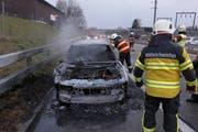 Das Fahrzeug ist vollständig ausgebrannt. (Bild: Kapo SG)