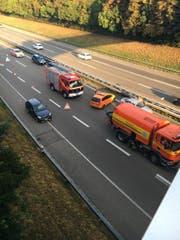 Die Einsatzkräfte sichern die Spuren des Unfalls. (Bild: Simon Dudle)