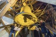 Glöckner im Einsatz: Karl Schimke (links) lässt gemeinsam mit Helfern die Glocken in der Dreifaltigkeitskirche erklingen. (Bild: Hanspeter Schiess)