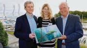 Die Buch-Initianten Daniel Dietsche (l.) und Adi Fischer mit Sonja Blumauer, die das neue Buch über den Alten Rhein gestaltet hat. (Bild: Rudolf Hirtl)