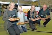 Bescheren dank ihren schönsten Mini-Solarmobil-Formen ihren ganzen Klassen einen Ausflug in ein Forschungslabor: Alisha Döllinger, Christina Frei und Naomi Lüchinger (von links) erhielten den Preis von «Mister Solarmobil» Heinz Wiget. (Bilder: pd)