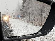 Das Polizeiauto kam von der Strasse ab und verfing sich im Wildschutzzaun. (Bild: Leserreporter FM1Today)