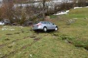 Das Auto kam in einem Bach zum Stillstand. (Bild: Kapo SG)
