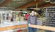 Geschäftsleiter Peter Marty in den Produktionshallen der Gebrüder Eisenring AG: «Wir platzen aus allen Nähten.» (Bild: Manuela Bruhin)