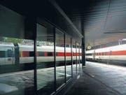 Spiegelungen, Licht und Schatten – das sind wichtige Themen auf Manuel Girons Fotografien: Szene am St. Galler Bahnhof. (Bild: Manuel Giron)
