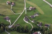 Viele, vor allem kleinere Betriebe, werden über die Verpachtung mit umliegenden Betrieben zusammengelegt. Im Bild eine typische, Toggenburger Streusiedlung. (Bild: Urs Jaudas)
