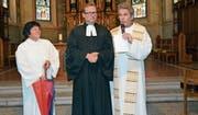 Katechetin Monika Oberholzer und Pfarrer Albin Rutz (rechts) verabschieden Pfarrer Jeremias Treu. (Bild: Beat Lanzendorfer)