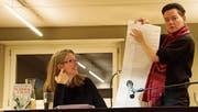 Die Autorinnen Petra Ivanov (links) und Mitra Devi demonstrierten bei der Lesung in der Bibliothek in Kirchberg ihre Arbeitstechniken, was für grosse Heiterkeit sorgte. (Bild: PD)