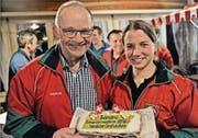 Der ehemalige Münchwiler Beck Markus Furrer hat der Münchwilerin Sandra Stark extra einen Kuchen gebacken. (Bild: Urs Nobel)