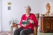 Mit 87 Jahren hält Rösli Krucker ihr Lebenswerk in Händen. (Bild: Urs Bucher)