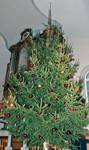 Der Weihnachtsbaum in der evangelischen Kirche in Rebstein findet bei den Gottesdienstbesuchern eine ebenso grosse Beachtung wie beim Publikum die Werkbahn, die beim «Schmugglerkönig» über die Bühne fuhr. Beides veranschaulicht den Kern der jeweiligen Geschichte. (Bild: Monika von der Linden)