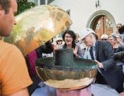 Christian Kind, Präsident der Kirchenvorsteherschaft St. Gallen Centrum, darf als erster einen Blick ins Innere der Kugel werfen. (Bilder: Urs Bucher)