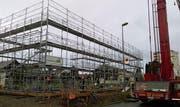 An einem Montagmorgen liess auf dem Bauplatz an der Neugasse in Bazenheid noch nicht vieles an ein Schulhaus denken ... (Bild: PD)