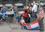 Fans zu Fuss: Anhängerinnen des albanischen Teams am Samstag vor der «Union» (oben) und Kroatien-Fans am Sonntag am gleichen Ort.