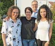 Präsident Bruno Zahn mit drei neuen Mitgliedern (von links): Regisseurin Margit Knecht, Souffleuse Regula Köppel und Soraya Benradja (zuständig für die Homepage). (Bild: pd)