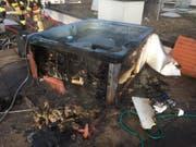 Gemäss einer Mitteilung der Kantonspolizei St.Gallen war im Bereich eines auf dem Dach des Hauses platzierten Whirlpools ein Feuer ausgebrochen, welches durch die Feuerwehr mit einem vorhandenen Gartenschlauch gelöscht werden konnte. (Bild: pd)