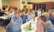 Um die 60 Bewohner des Oberrieter Berggebiets nahmen an der Nominationsversammlung teil. Bei insgesamt rund 560 Einwohnern eine beachtliche Anzahl. (Bilder: Max Tinner)