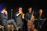 Der Neo-Toggenburger Walter Baumgartner beim Auftritt bei Kultur in Mogelsberg mit der «Upperclass Windmachine» mit Phil Powell, Raffi Lunardi und Roman Weissert (von links). (Bild: Michael Hug)