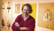 Pflanzen-Porträts: Künstler Tobias Bucher beobachtet genau, wie sich die Form des Mohns entwickelt. (Bild: Urs Bucher)