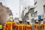 Die Feuerwehr stand am Dienstagmorgen an der Linsebühlstrasse im Grosseinsatz. (Bild: Urs Bucher)
