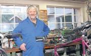 Felix Koller in seiner vertrauten Werkstatt. Hier hat er während der vergangenen Jahre unzählige Velos wieder auf Vordermann gebracht. (Bild: Philipp Stutz)