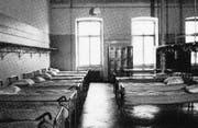 Im Inneren der Kaserne: Links ein Schlafsaal, rechts ein Blick in die Küche. Die Anlage war 1980 auch nach den Standards der damaligen Zeit veraltet. (Bilder: Sammlung Reto Voneschen)