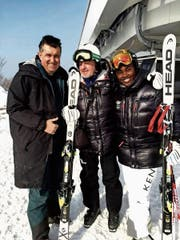 Beni Giger mit der kenianischen Skirennfahrerin Sabrina Simader und ihrem Trainer. (Bild: PD)