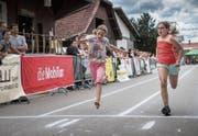Ob barfuss oder mit Laufschuhen: Zwei Teilnehmerinnen des «Schnellsten Arnegger und Andwilers» geben vollen Einsatz. (Bild: Ralph Ribi)