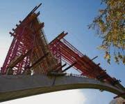 Der Stahlbetonbogen der Taminabrücke überspannt die gleichnamige Schlucht ohne Abstützungen in 200 Metern Höhe zwischen steilen Felswänden. (Bilder: pd)