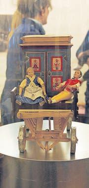 Hochzeitsgeschenke und traditionelle Modelle sind in der Ausstellung zu sehen.
