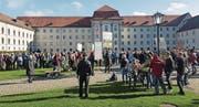 Die IG Klanghaus Toggenburg organisierte am Samstag den ersten Volkskultur-Flashmob in der Innenstadt von St. Gallen. Dabei wirkten über 200 Personen mit. (Bild: PD (St. Gallen, 22. Oktober 2016))