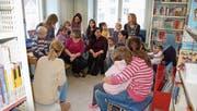 Familien mit Kindern im Vorschulalter der Spielgruppe Schnäggehüsli besuchten die Bibliothek. (Bild: PD)
