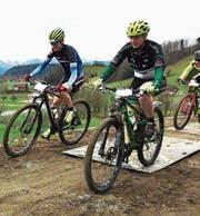 Auf der Start- und Zielgeraden (von links): Robin Spiess, Marlen Zindel und – ganz knapp sichtbar – Nico Zünd. (Bild: pd)