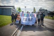 Mit der Demonstration protestierten rund 50 Personen gegen die schlechte Unterkunft für Asylsuchende in Mörschwil. (Bild: Benjamin Manser)