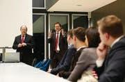 Lernen vom Stadtrat: Fredy Brunner (links) wird von HSG-Professor Rolf Wüstenhagen als Referent vorgestellt. Thema: Wie verschafft sich eine Stadt bei der Bevölkerung Akzeptanz für ein teures, risikoreiches Energie-Grossprojekt? (Bild: Urs Jaudas)