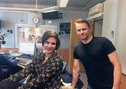 Philipp Kamm zusammen mit Deskerin Theresa Beyer im Studio des Radiosenders SRF 2 Kultur. (Bild: PD)