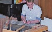Dario Schmid ist ein Meister des Hackbretts und Mitglied des Schweizer Hackbrett-Orchesters.