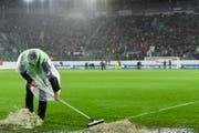 Das grosse Reinemachen: Szene aus dem Länderspiel der Schweizer Nati gegen Andorra im St.Galler Kybunpark. Wann befreit sich auch der FC St.Gallen aus seiner derzeit ungemütlichen Lage? (Bild: GIAN EHRENZELLER (KEYSTONE))