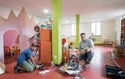 Im neuen Spielzimmer: Gugelhuus-Präsident Damian Conrad legt mit seinen Kindern Jann Esteban und Zoe Lis Hand an. (Bild: Ralph Ribi)
