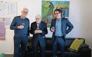Ewgeni Obreschkow und Lukas Krejcí (rechts) stossen im Friedberg mit Alfred Moser auf seinen 90. Geburtstag an. (Bild: Cyril Janak)